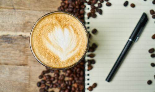 Jaki młynek żarnowy do kawy wybrać? Elektryczne i ręczne młynki żarnowe